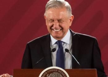 El presidente Andrés Manuel López Obrador sonriendo en una de sus conferencias matutinas
