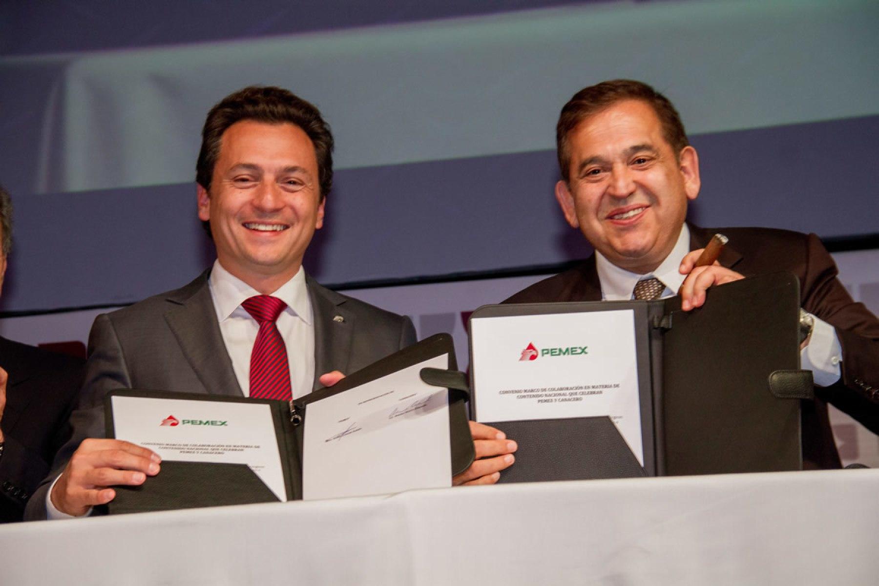 Emilio Lozoya y Alonso Ancira en la firma de un acuerdo con la Canacero