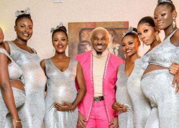 Un hombre acude a una boda acompañado de sus seis esposas