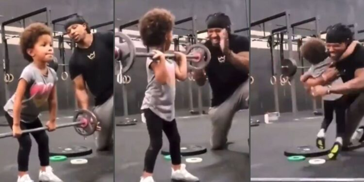 Un hombre se emociona al ver a su hija levantar peso en un gimnasio