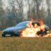 Influencer quema su Mercedes de 3 millones de pesos por problemas con la concesionaria