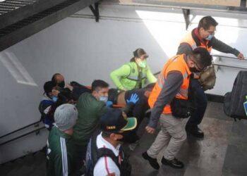 Metro golpea en la cabeza a pasajero