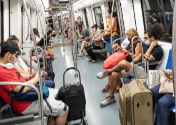 Pasajero se niega a usar cubrebocas en el tren hasta que un policía lo obliga