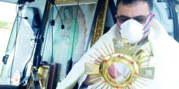 Sacerdote bendice a ciudadanos de Monclova a bordo de un helicóptero