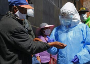 Autoridades han advertido sobre los riesgos de usar dióxido de cloro para tratar coronavirus
