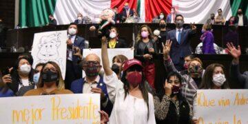 Diputados de Morena cantan las mañanitas a AMLO