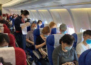 Sujeto contagio a varios pasajeros en un vuelo a pesar de haber dado negativo a la prueba PCR
