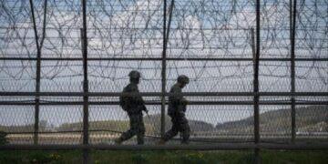 Sujeto salta una valla de tres metros para cruzar la frontera entre las dos Coreas