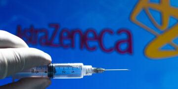Vacuna contra coronavirus de AstraZeneca podría ser lanzada en año nuevo