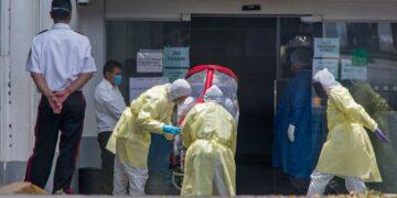 Cientos de víctimas por Covid-19 no logran ingresar a un hospital público o privado para recibir el tratamiento adecuado