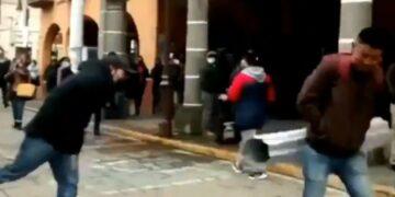 Comerciantes golpean a transeúntes que no traen cubrebocas para que hagan consciencia de la pandemia
