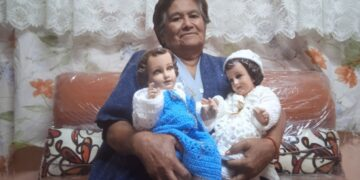 El covid-19 le arrebató a su familia y para subsistir teje vestidos para Niños Dios