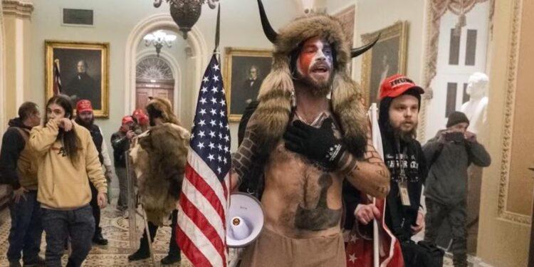 El vikingo del Capitolio se rehúsa a comer en prisión