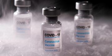 Emplead desconecta refrigerador y destruye 2 mil vacunas contra Covid-19