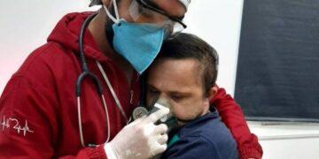 Enfermero abraza a paciente con Síndrome de Down y Covid-19 para tranquilizarlo