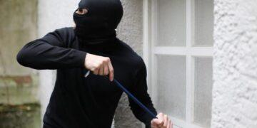Intentar asaltar una vivienda y muere al quedar atrapado entre un muro