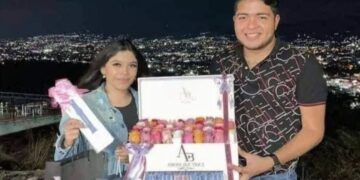 Joven chiapaneco le regala rosas y 30 mil pesos a su novia por su cumpleaños