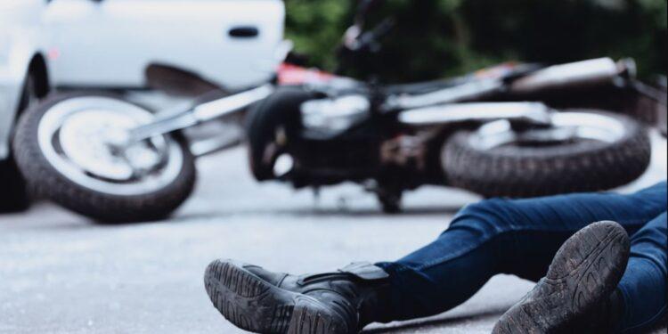 Ladrones en moto se impactan contra un transeúnte al intentar huir después de cometer un robo