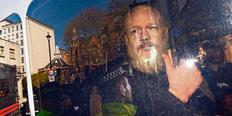 AMLO externó que Julian Assange es un periodista y merece una oportunidad