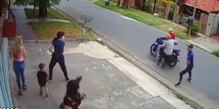 Mujer escapa de un asalto dejando a su hijo con los delincuentes