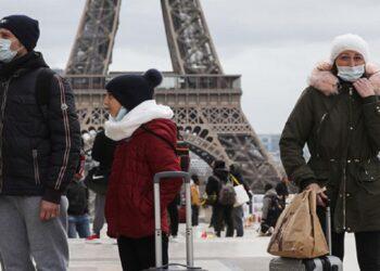 Por lo menos 100 personas fueron multadas con 135 euros y la policía detuvieron a tres por organizar una orgía