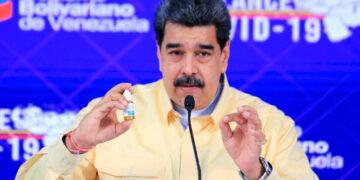 """Nicolás Maduro presenta """"producto milagro"""" contra Covid-19 y desata burlas"""