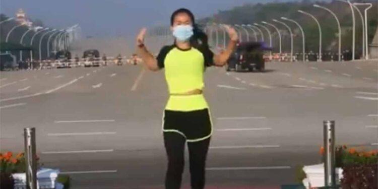 Mujer hace ejercicio en medio de un golpe de Estado en Birmania